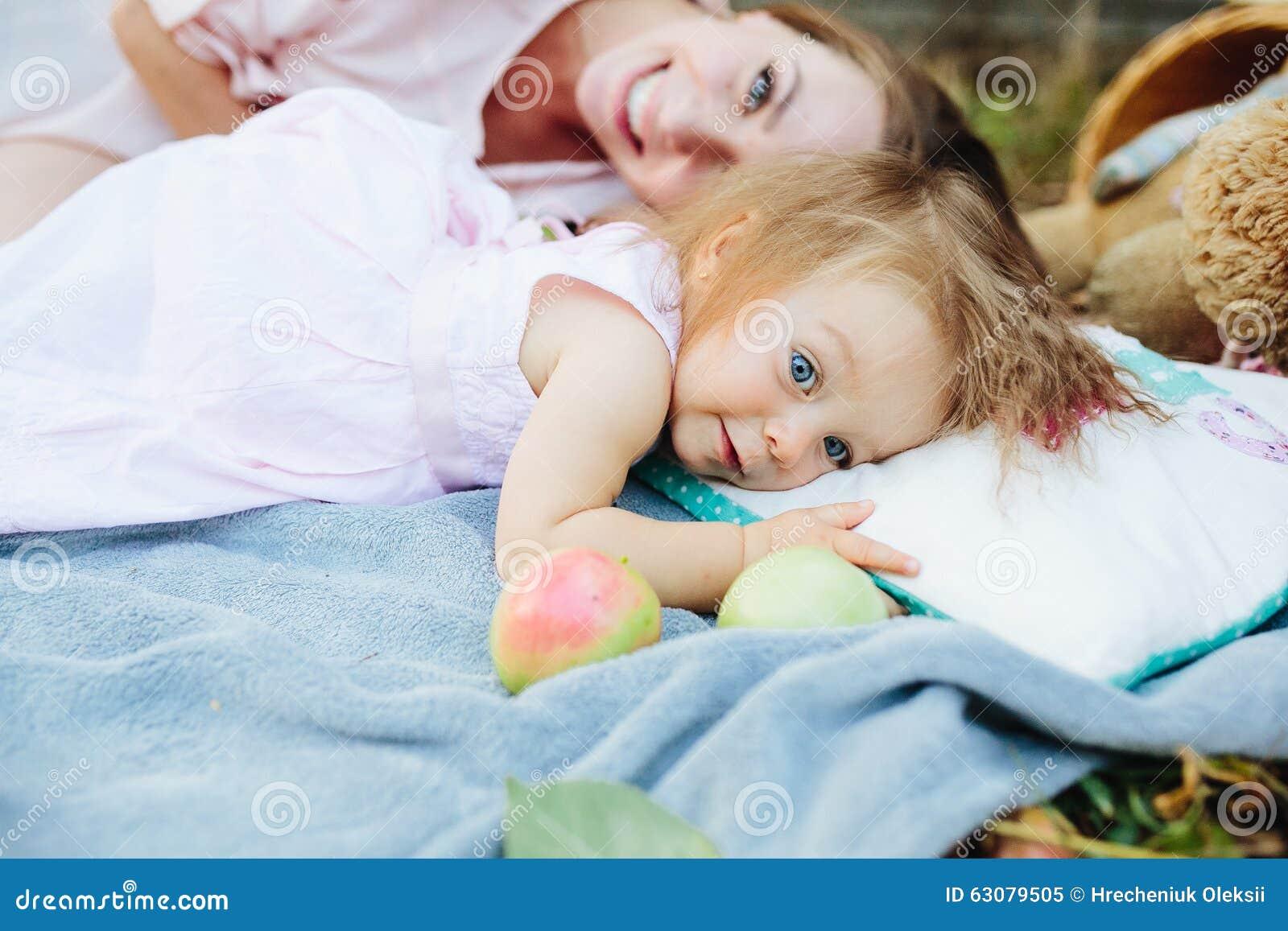 Download Jeune Belle Femme Avec Son Enfant Dehors Image stock - Image du jour, bonheur: 63079505
