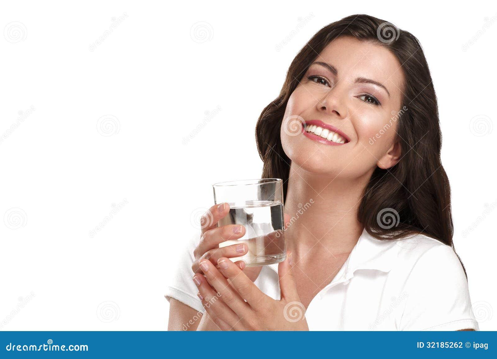 Jeune belle femme buvant un verre de l eau