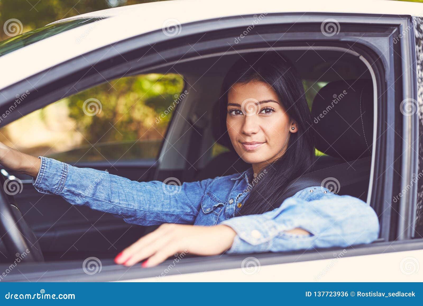 Jeune belle femme conduisant sa voiture