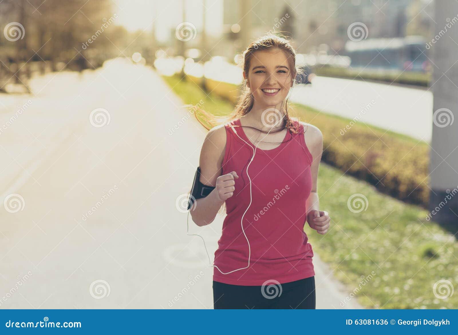 Download Jeune Belle Femme Courant Dans La Ville Photo stock - Image du écoutez, marathon: 63081636