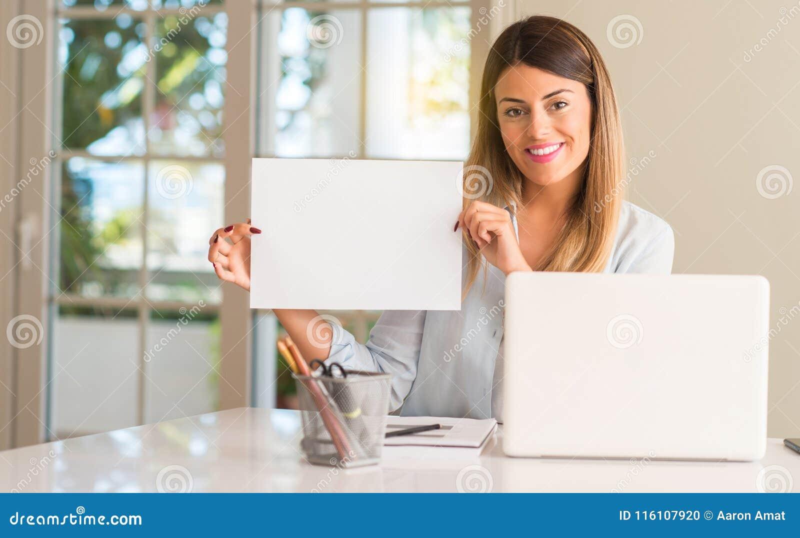Jeune belle femme d étudiant avec l ordinateur portable à la table, à la maison