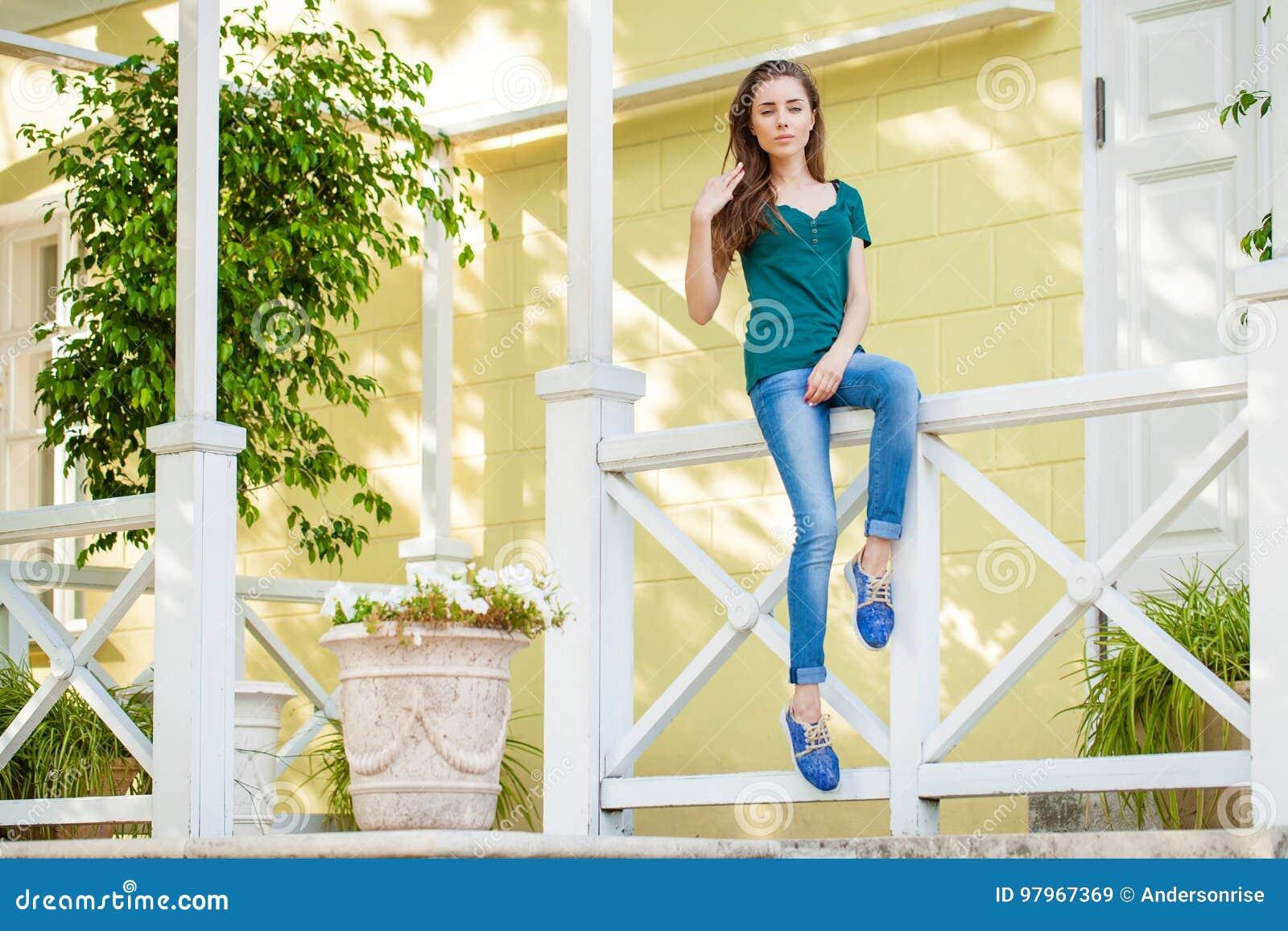 jeune belle femme d u0026 39 une chevelure brune dans des blues-jean image stock
