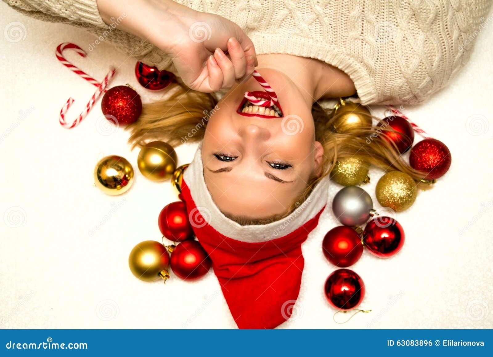 Download Jeune Belle Femme Dans Le Chapeau De Santa Photo stock - Image du beau, décorations: 63083896
