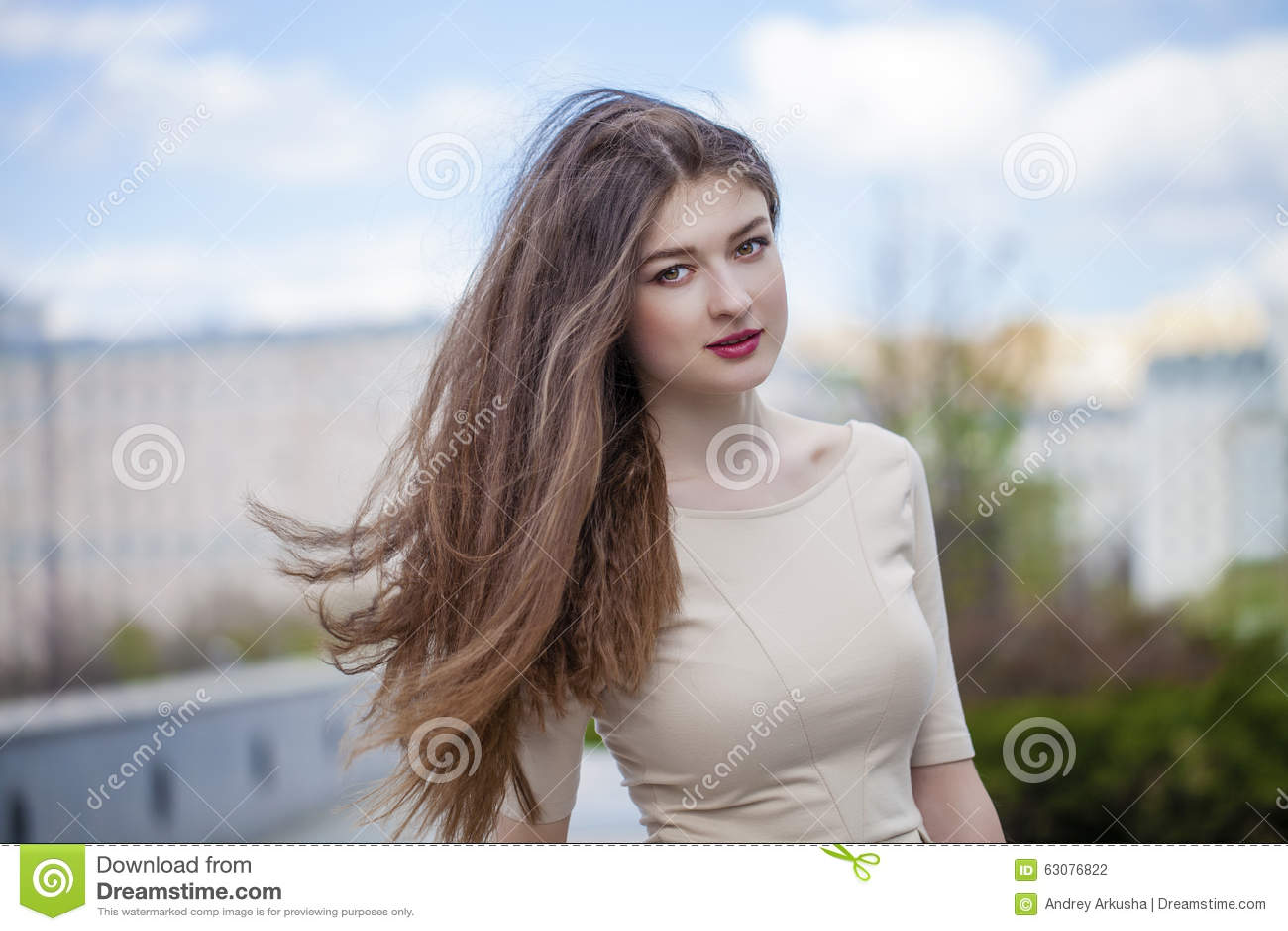 Download Jeune Belle Femme Dans Une Robe Beige Photo stock - Image du mode, dame: 63076822