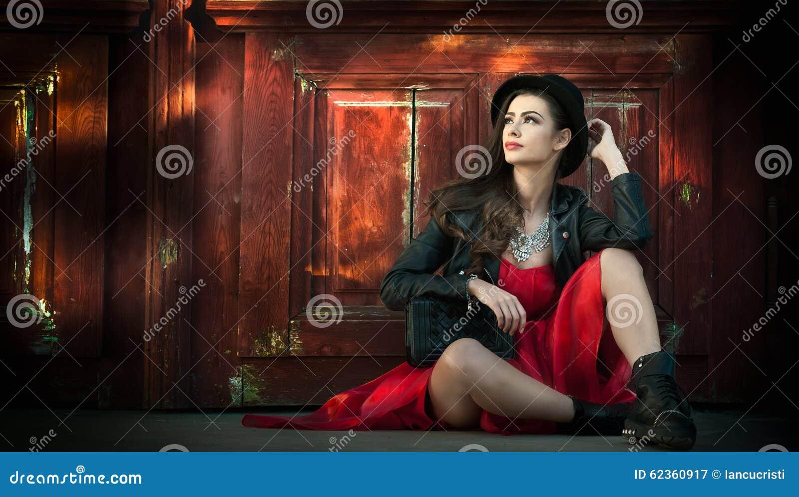 jeune-belle-femme-de-brune-avec-la-pose-de-robe-courte-rouge-et-de-chapeau-noir-sensuelle-dans-le-paysage-de- vintage-dame-62360917.jpg b1dfa6472550