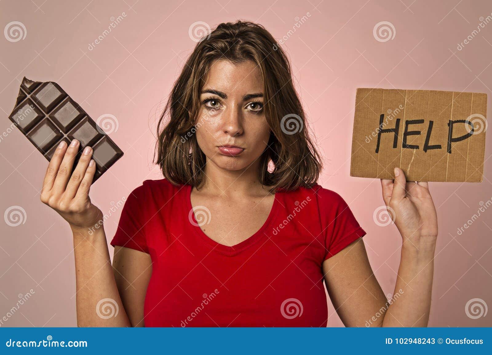 Jeune belle femme douce d intoxiqué tenant demander le resis d aide