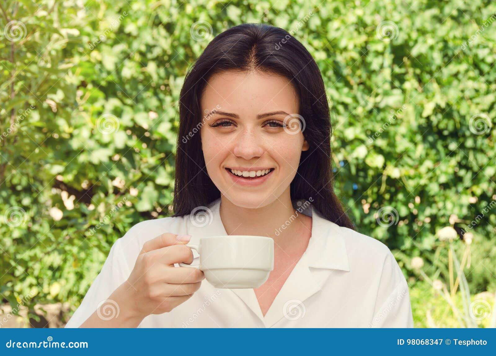 l hermosas mujer xpkztoiu Sonrisa joven café y en blanca bebidas F1c3KJuTl
