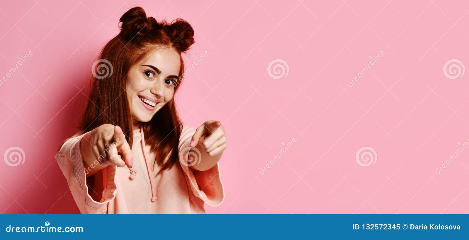 Jeune belle femme heureuse se dirigeant à vous
