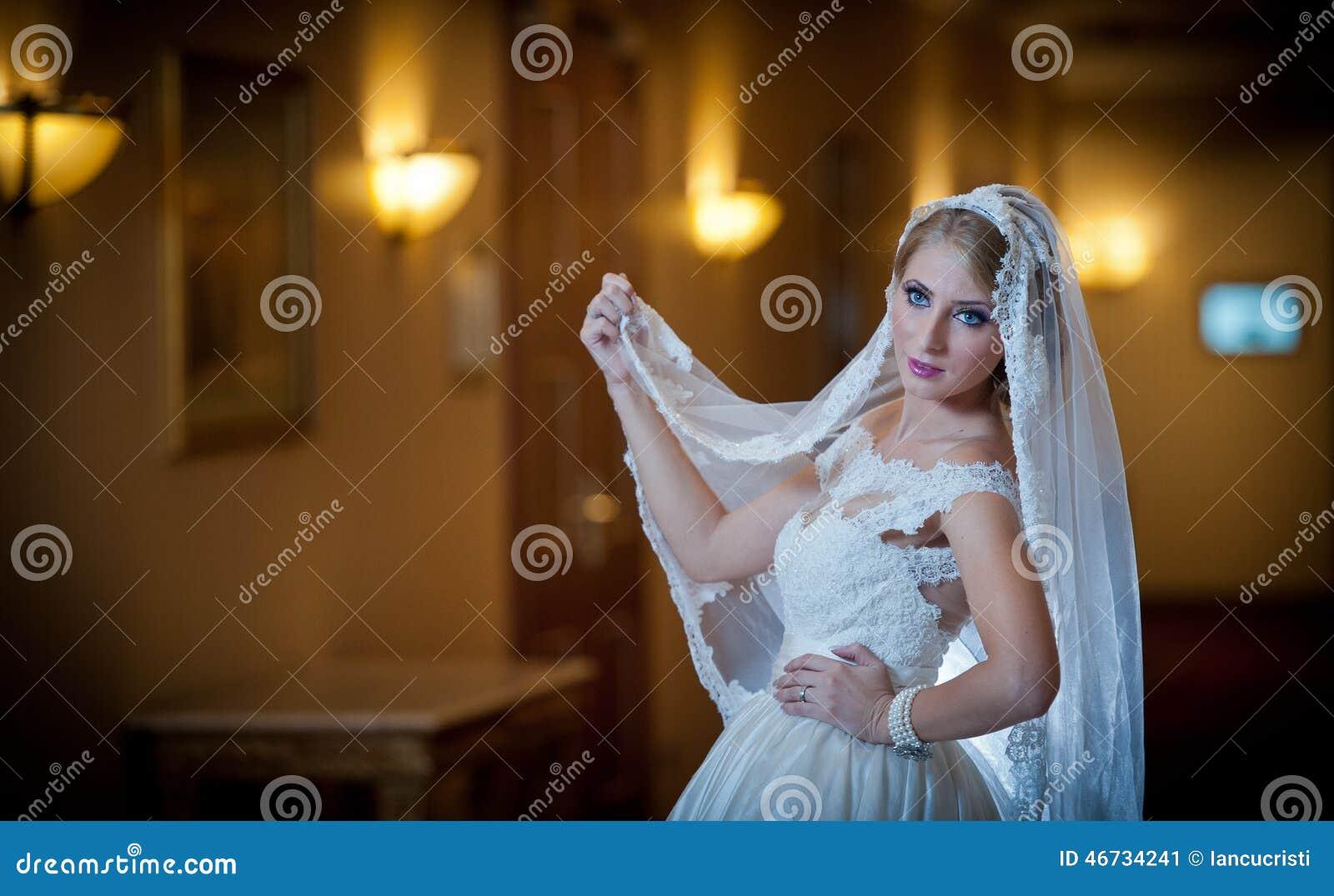 Jeune belle femme luxueuse dans la robe de mariage posant dans l intérieur luxueux Jeune mariée élégante magnifique avec le long