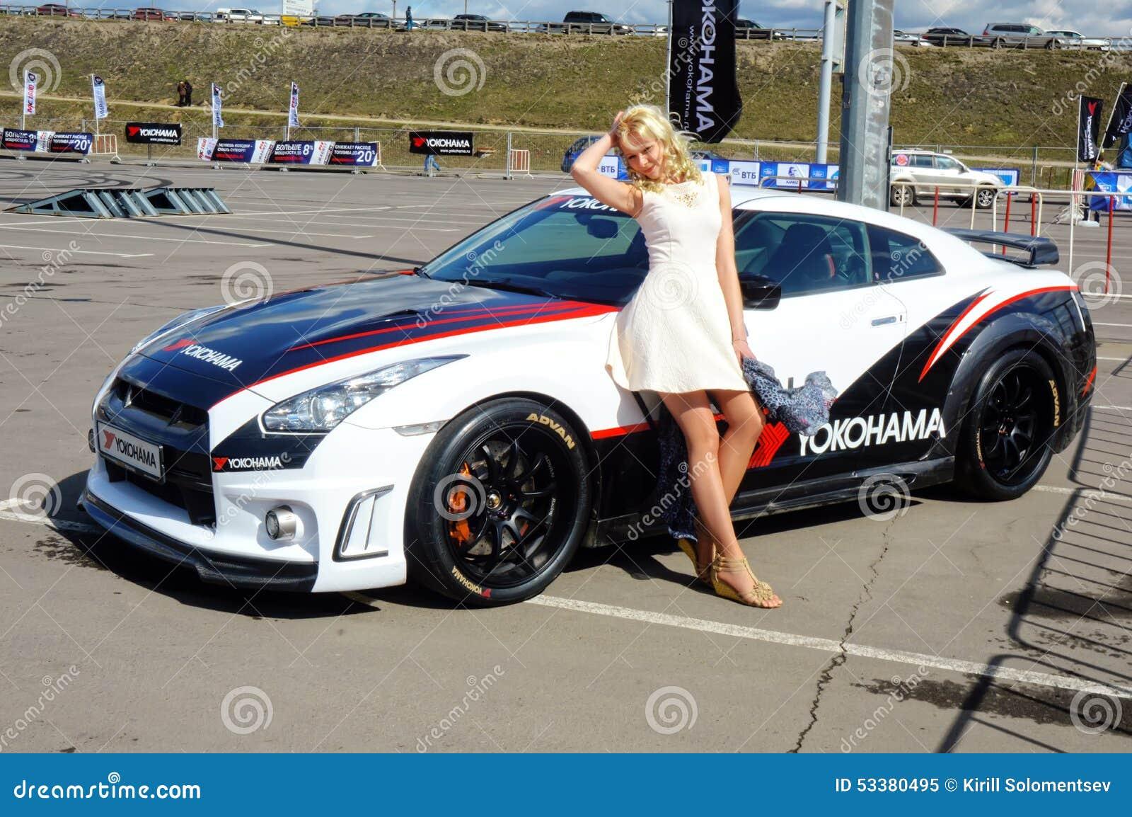 Jeune Belle Femme Posant 224 C 244 T 233 De Nissan Gtr Image 233 Ditorial