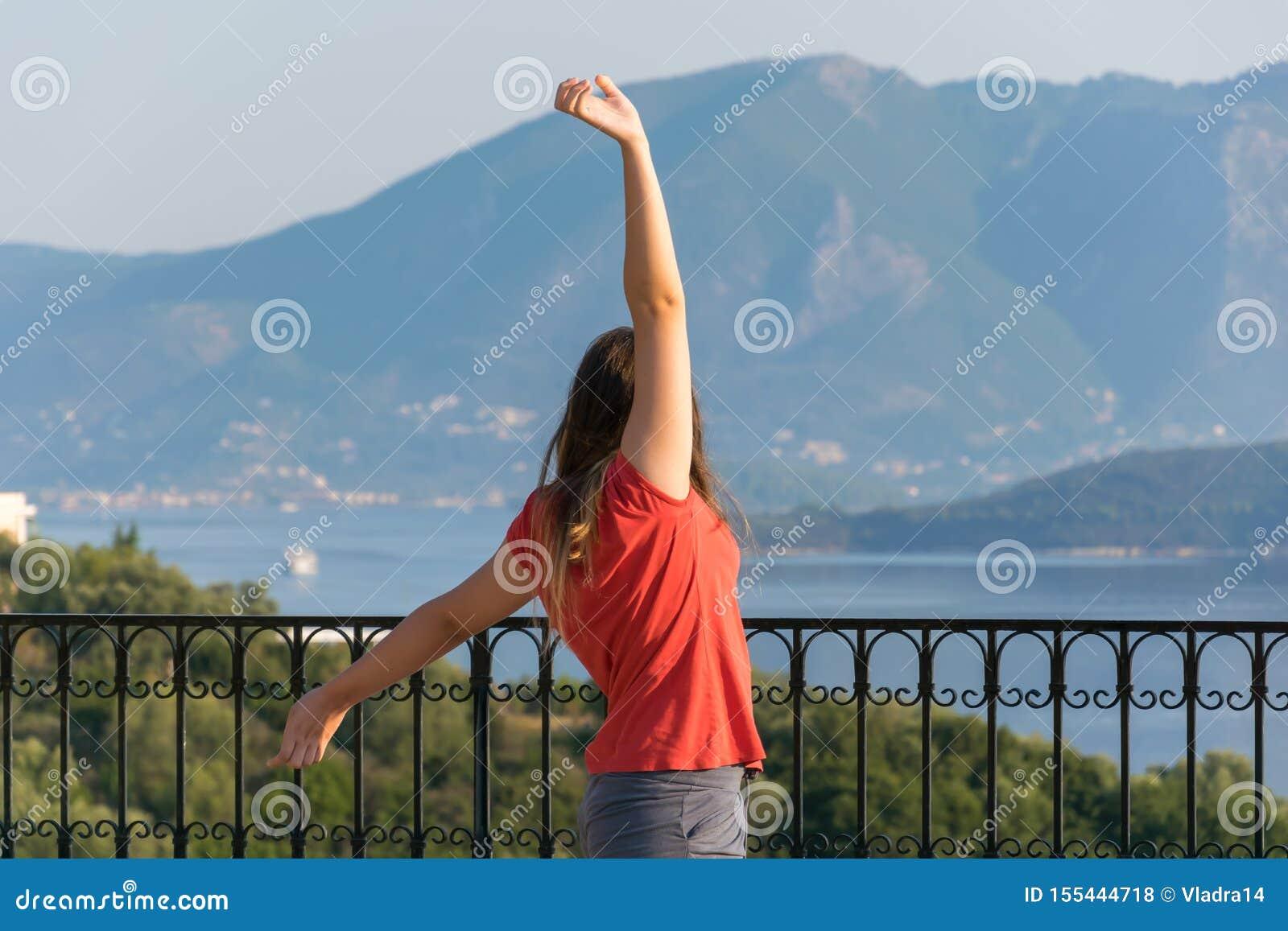 Jeune belle femme regardant le beau paysage marin avec un point de surveillance