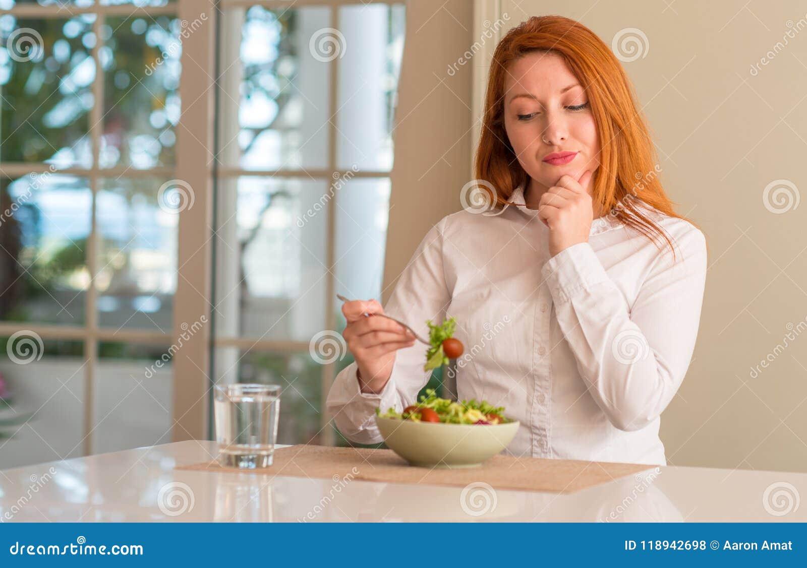 Jeune belle femme rousse à la maison