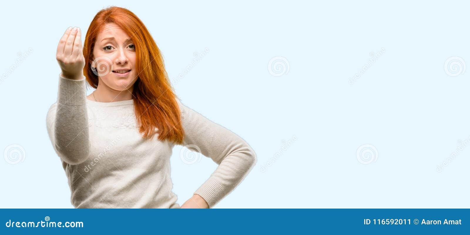 Jeune belle femme rousse au-dessus de fond bleu