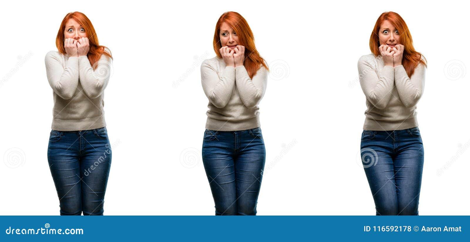 Jeune belle femme rousse d isolement au-dessus du fond blanc