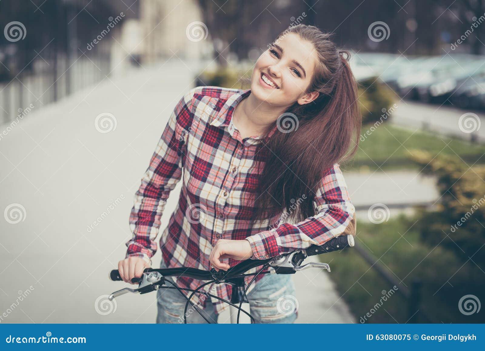 Download Jeune Belle Femme Sur Une Bicyclette Image stock - Image du sourire, adulte: 63080075