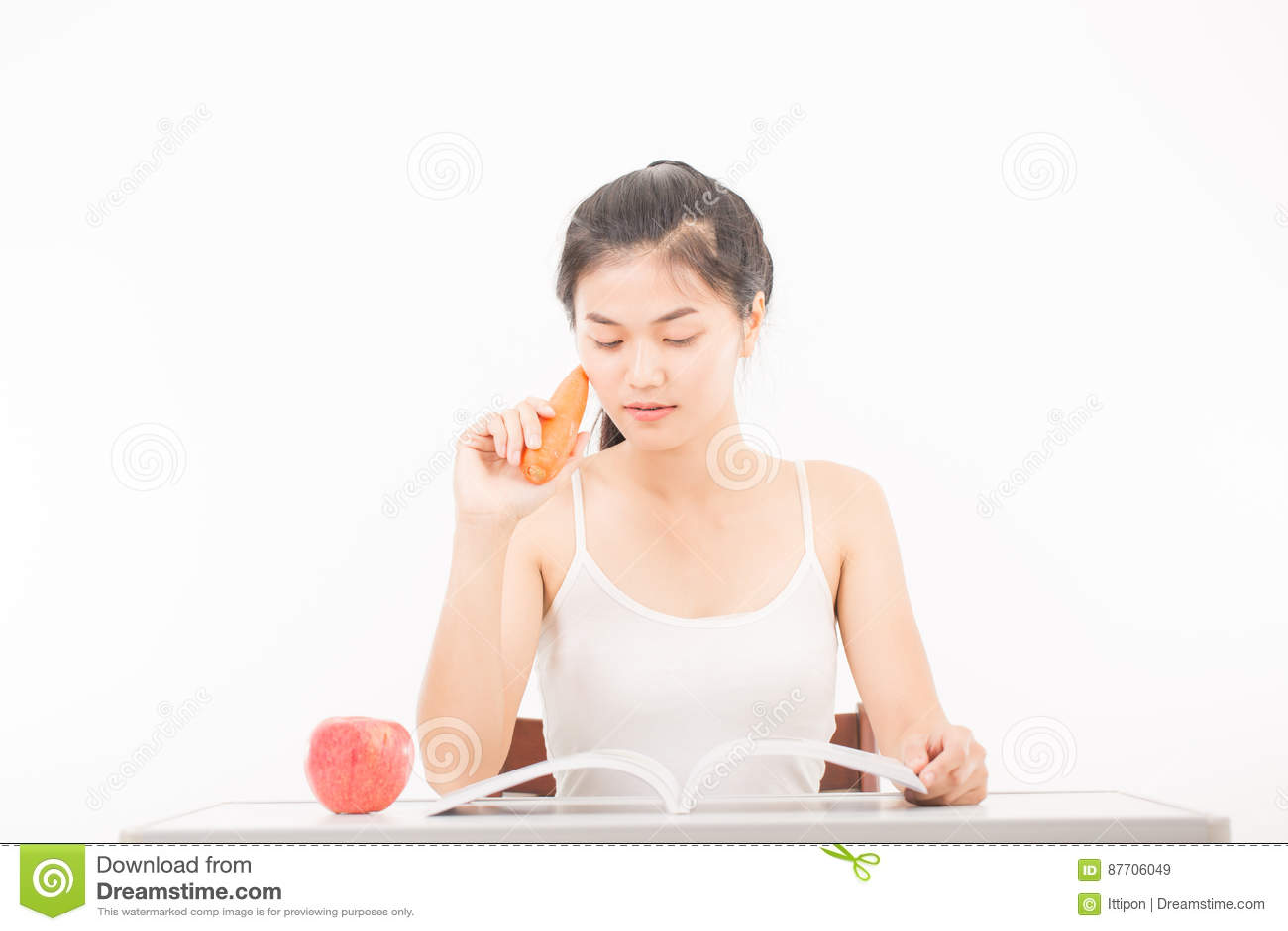 Jeune belle femme tenant la carotte