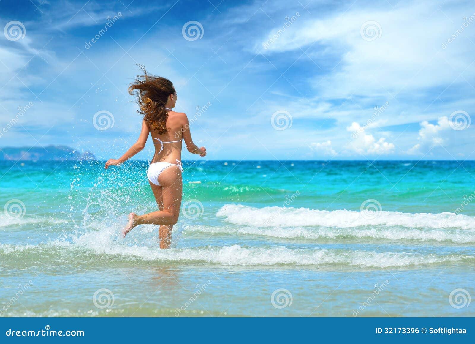 Des hommes profitent dune jolie femme ivre dans la