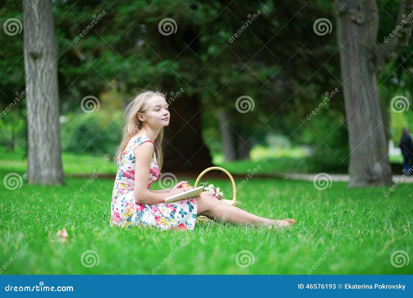 Jeune Belle Fille Dans La Campagne Image Stock Image Du Bonheur Panier 46576193