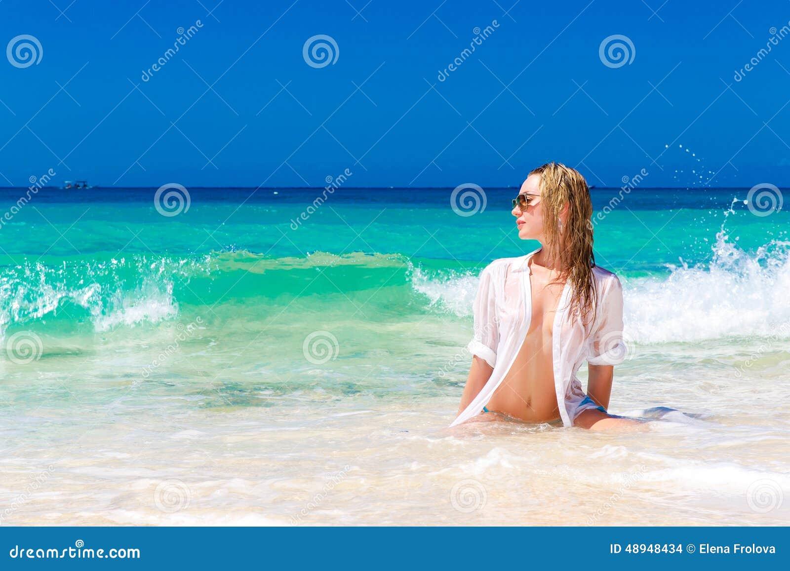 Jeune belle fille dans la chemise blanche humide sur la plage trop bleu photo stock image - Chambre froide trop humide ...