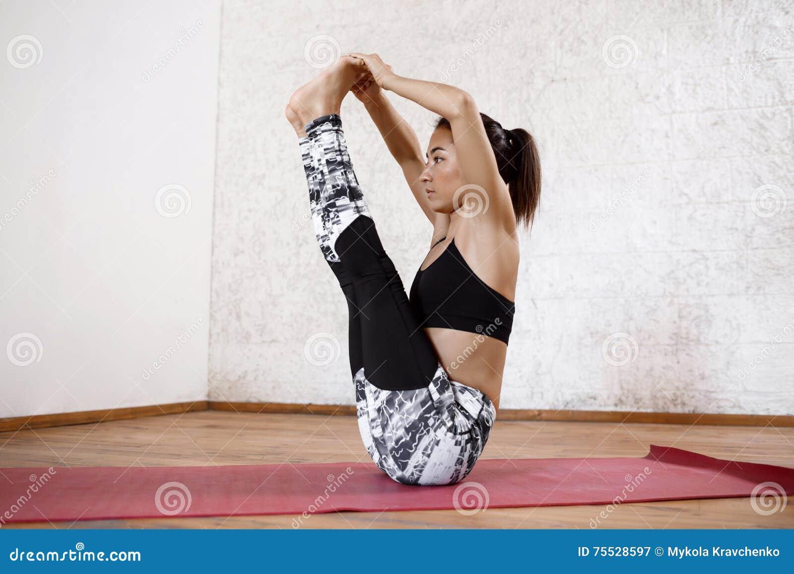 Jeune belle fille sportive pratiquant des asanas d intérieur de yoga Ubhaya  Padangusthasana gros orteil de 7a40c6cc7f0