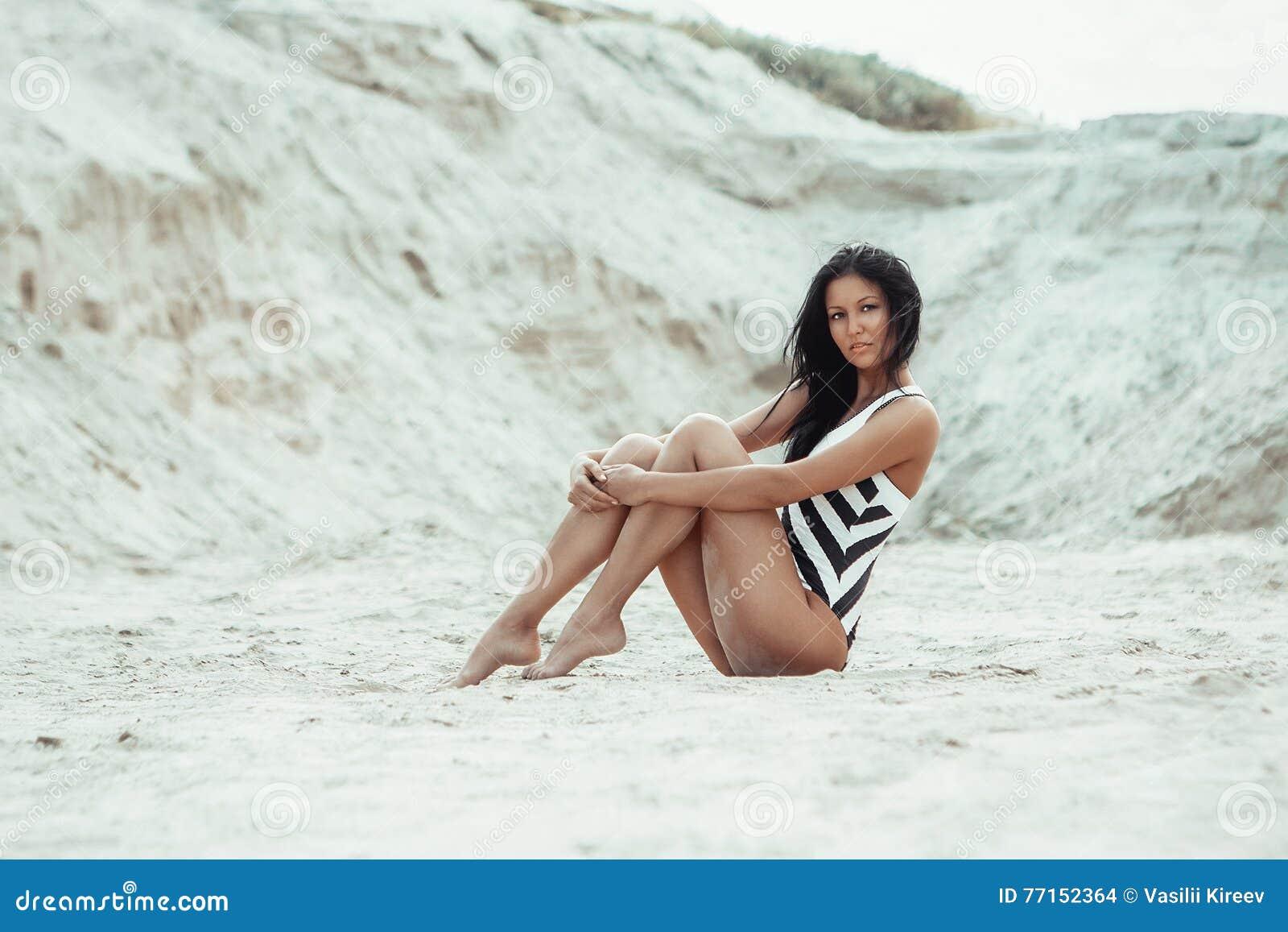 Jeune belle fille sur la plage