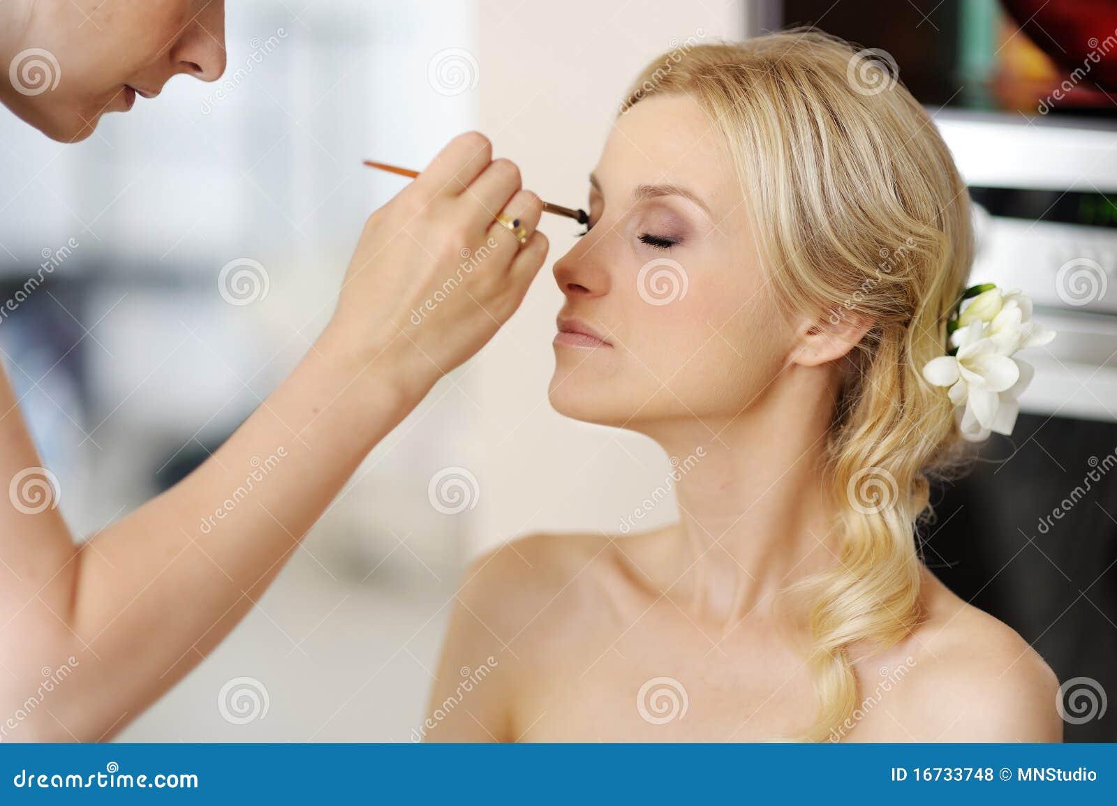 Jeune belle mariée appliquant le renivellement de mariage