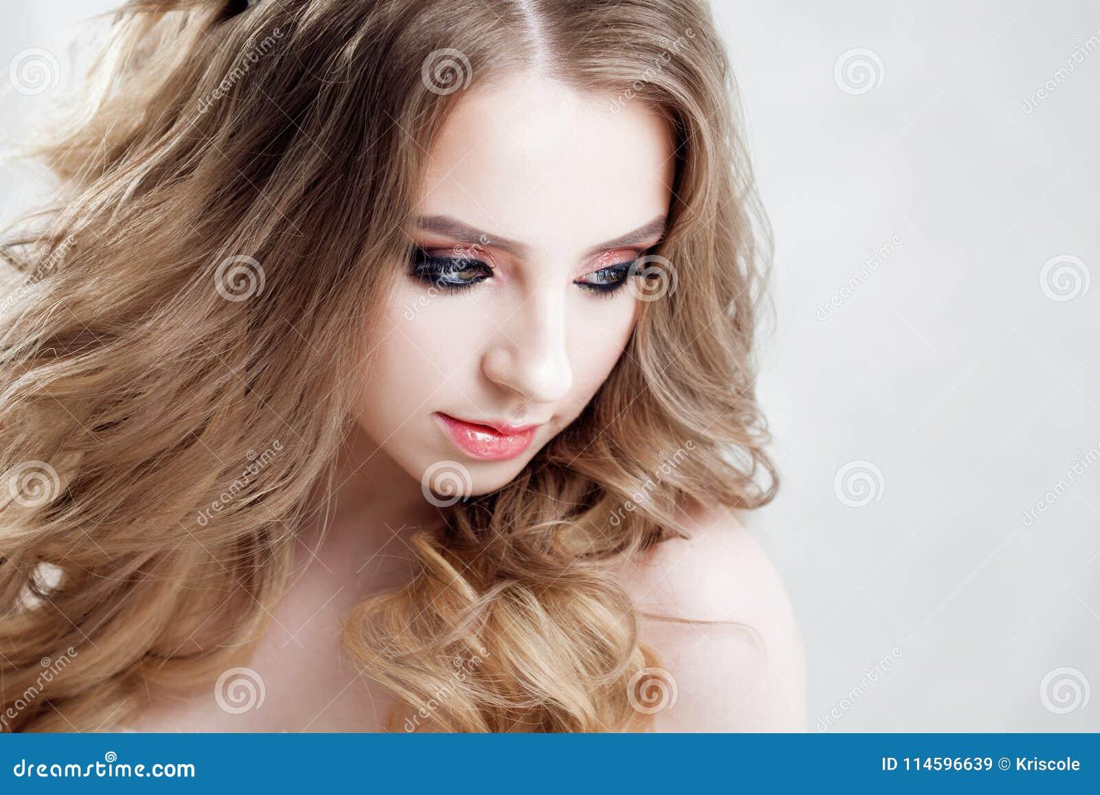 Jeune Belle Jeune Mariee Avec Les Boucles Luxueuses Coiffure