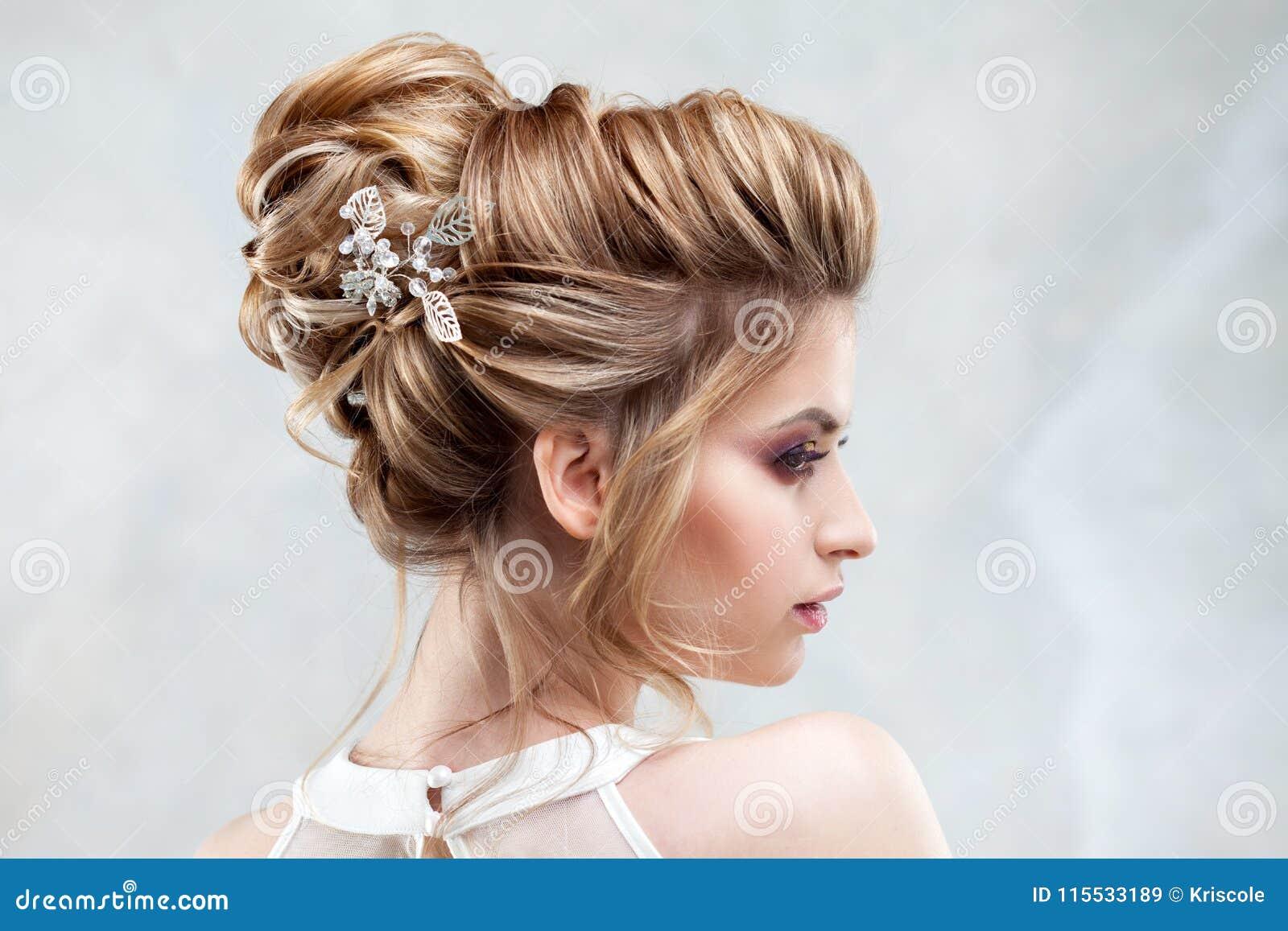 Jeune belle jeune mariée avec une coiffure élevée élégante Coiffure de mariage avec l accessoire dans ses cheveux