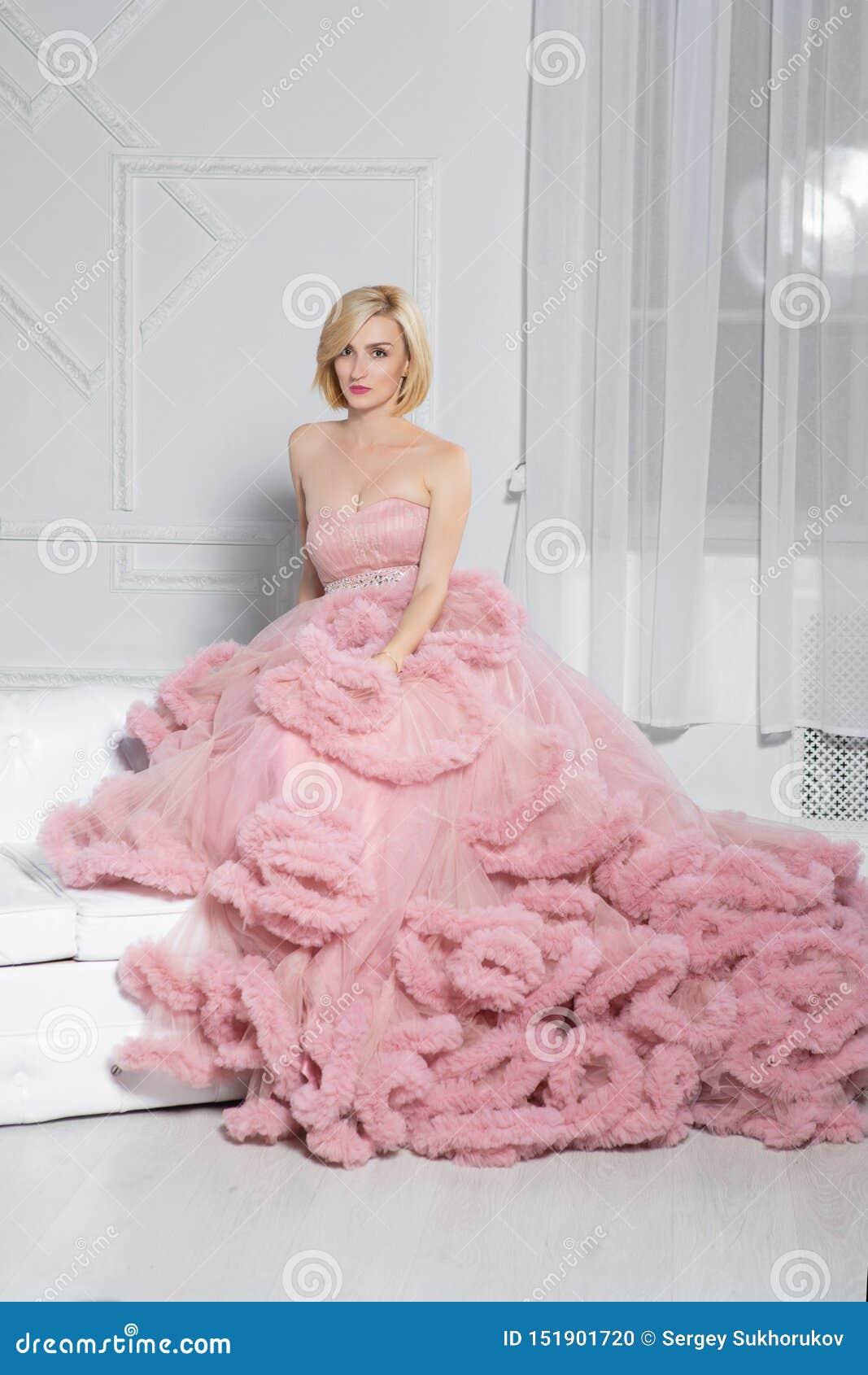 Jeune blonde magnifique posant dans le studio