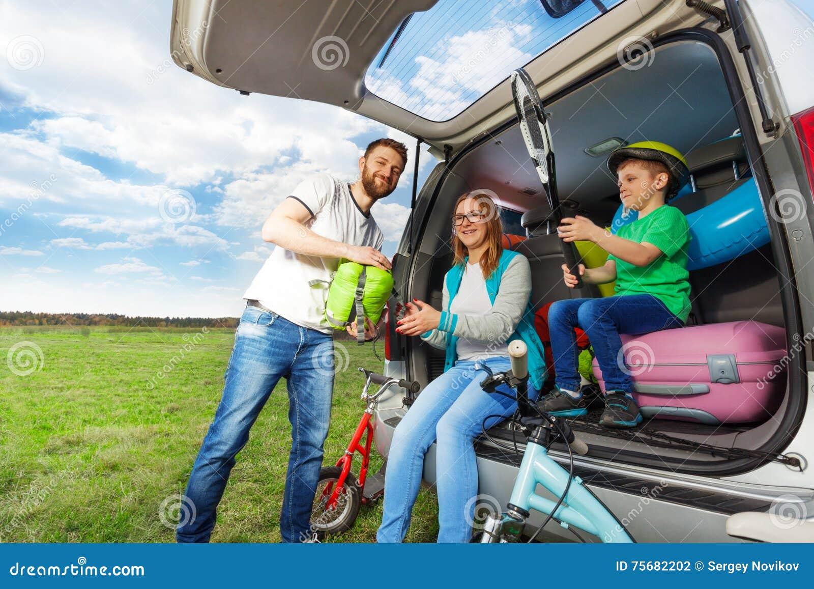 Jeune botte de bagage de chargement de famille pour le voyage de voiture