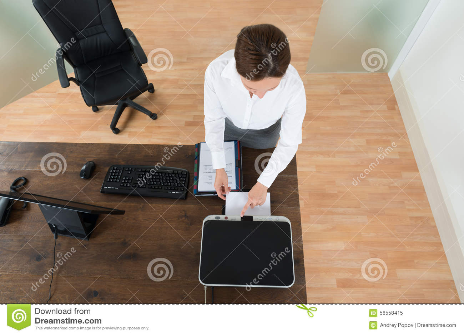 Jeune bureau d Using Printer In de femme d affaires