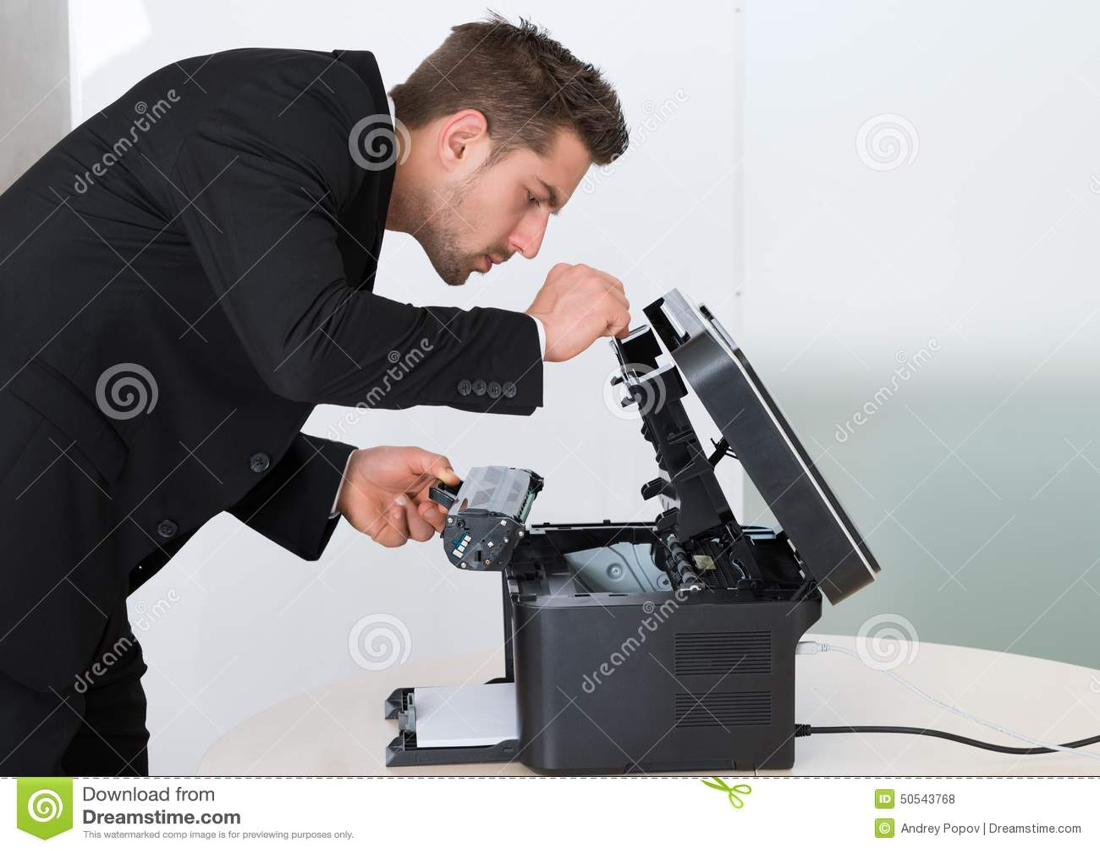 Jeune cartouche de fixation d homme d affaires dans la machine à photocopier
