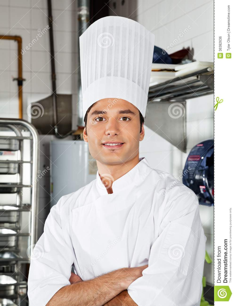 jeune chef with arms crossed dans la cuisine photo stock image du industrie confiance 36382636. Black Bedroom Furniture Sets. Home Design Ideas