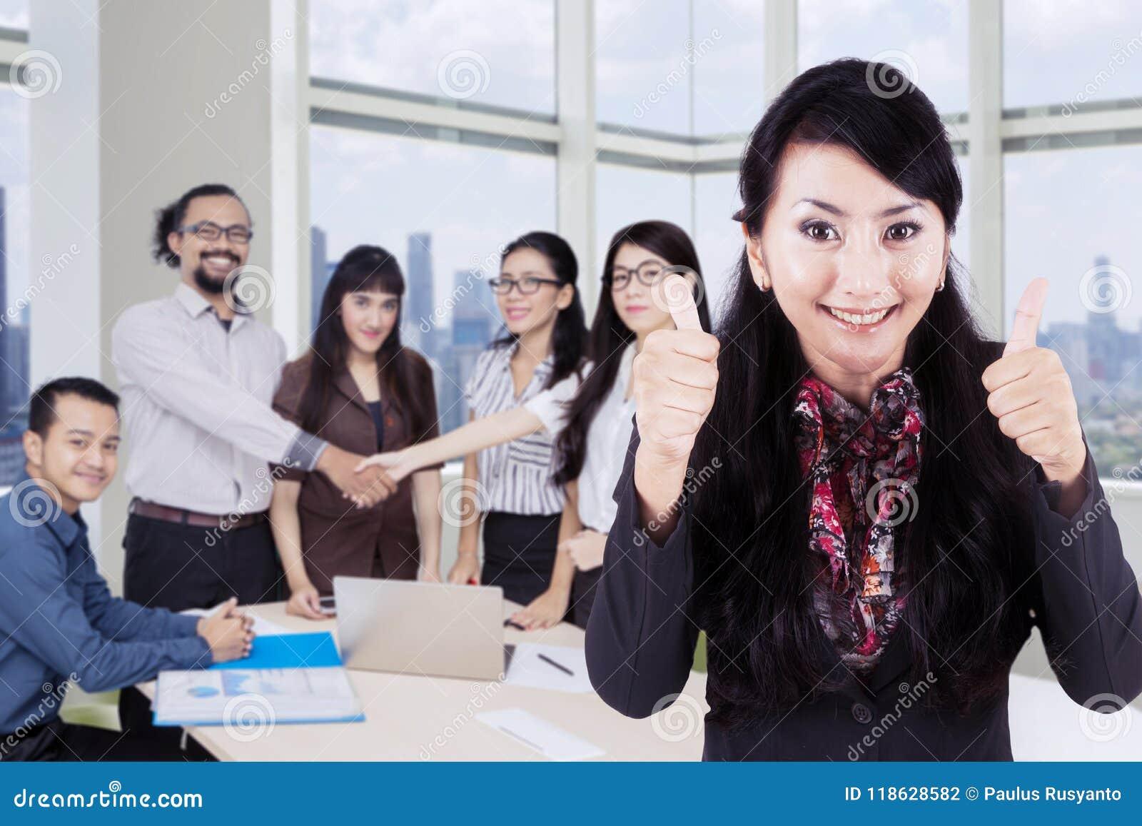 Jeune chef avec des gens d affaires dans le bureau