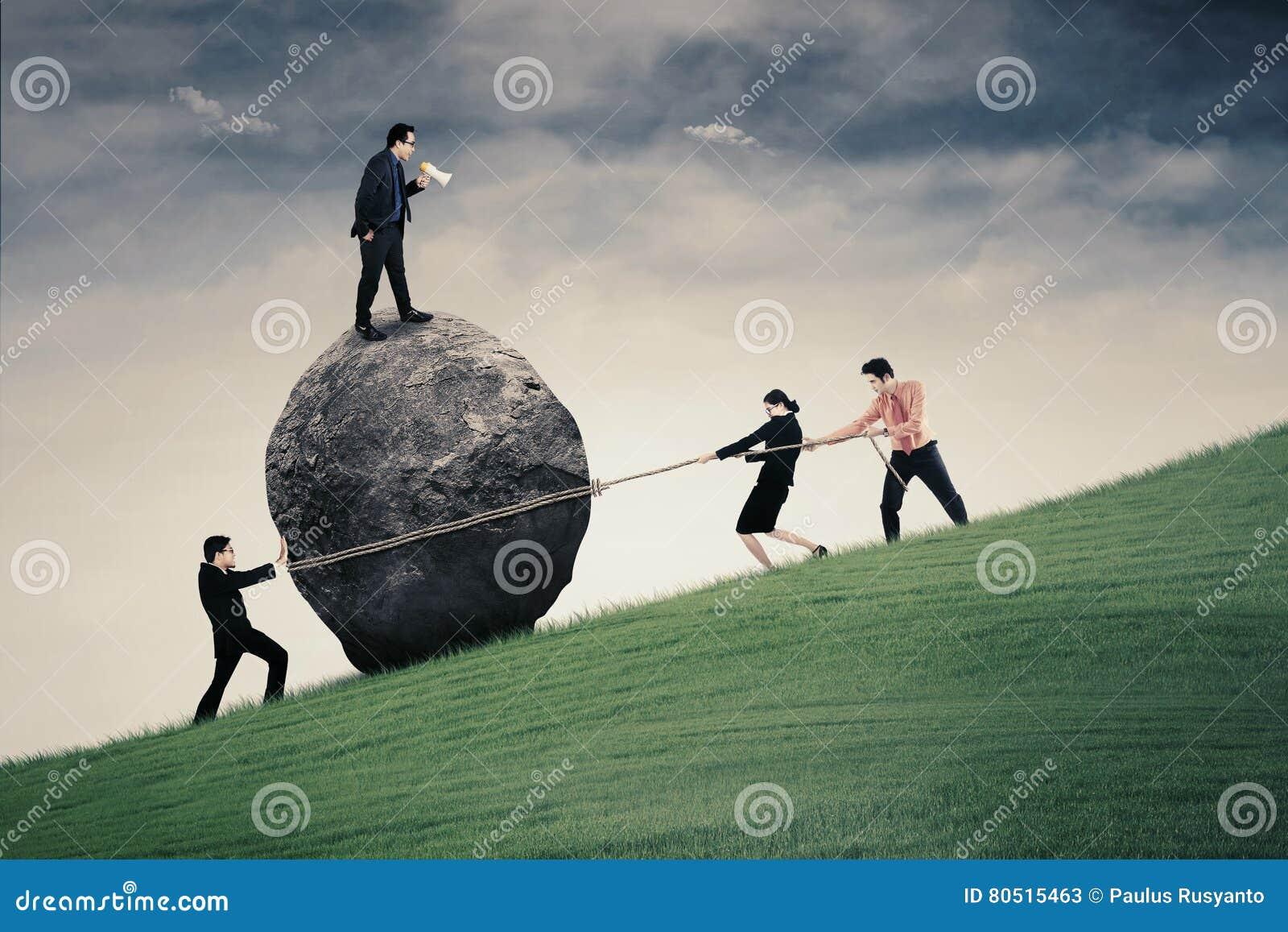 Jeune chef et son équipe sur la colline