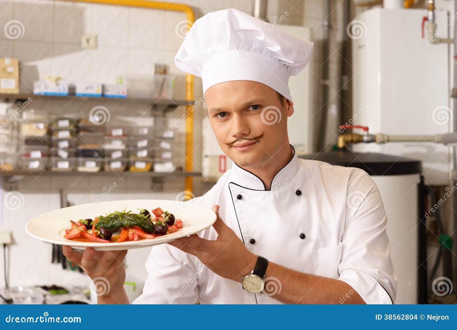 Jeune chef sur la cuisine dans le restaurant photo stock - Chef de cuisine luxembourg ...