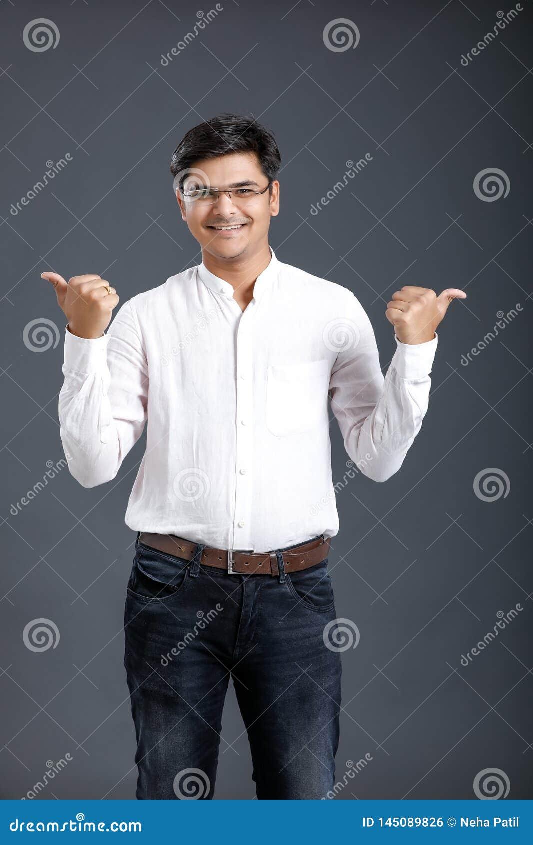 Jeune coup indien d apparence d homme