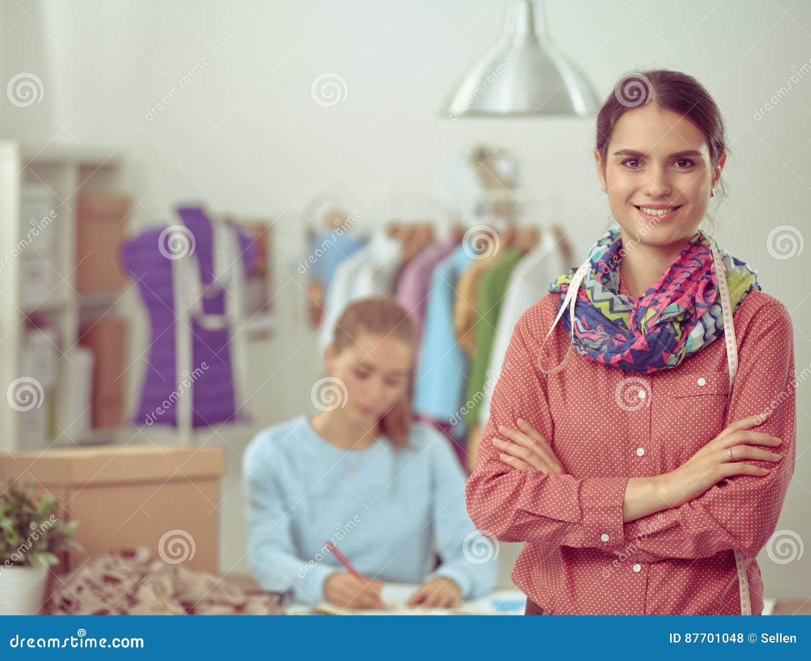 Jeune couturier moderne travaillant au studio