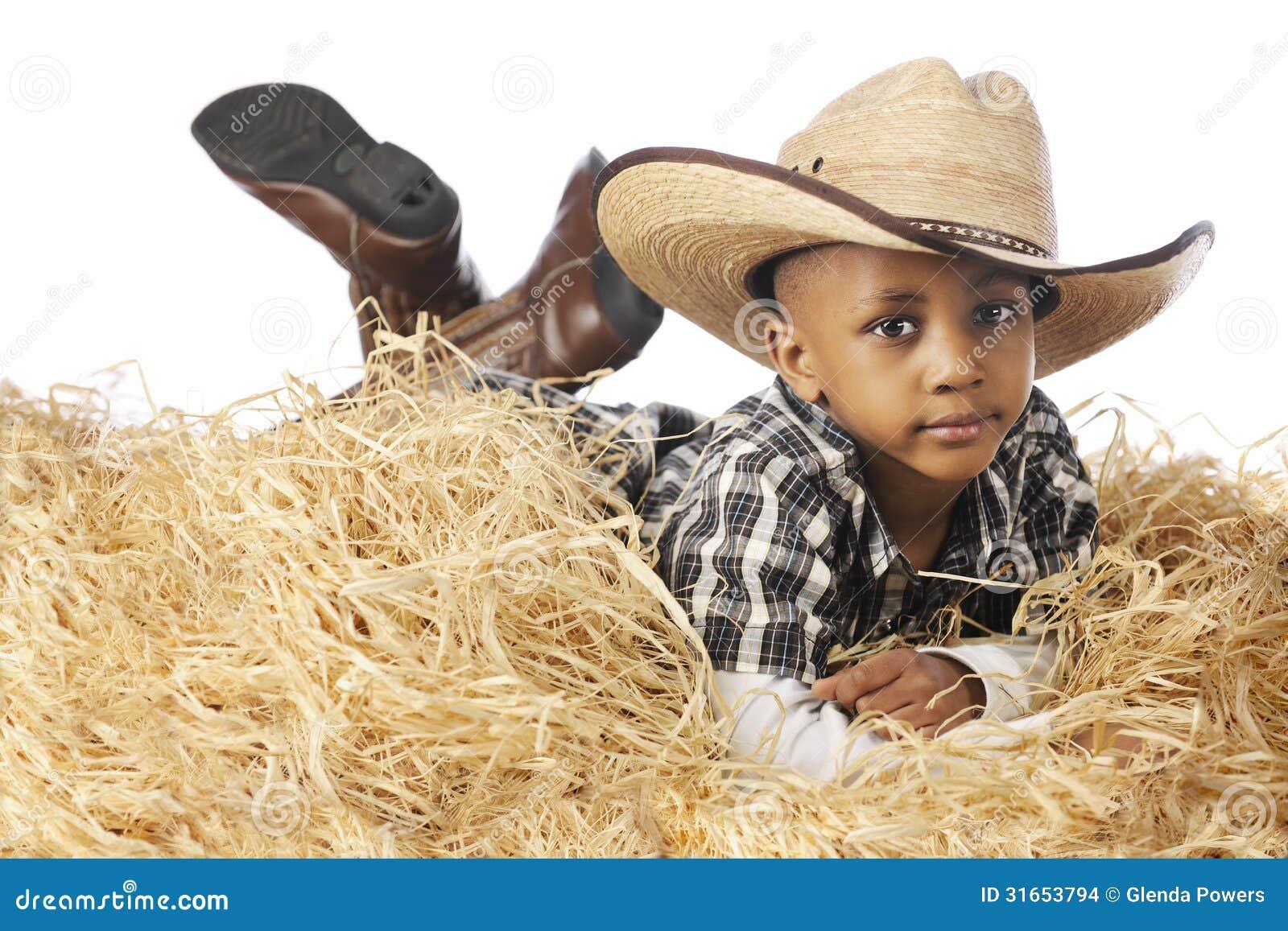 Jeune cowboy Relaxing dans la paille
