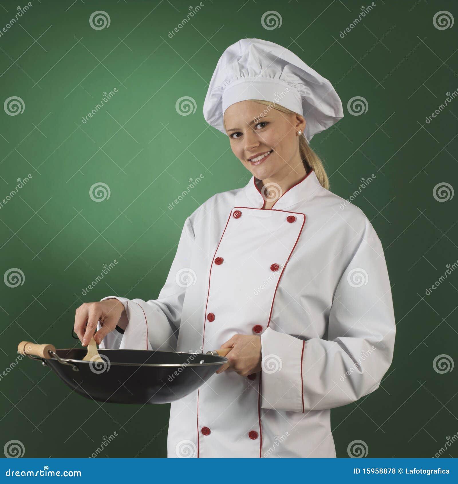 Un cuisinier atractive, elle s'use l'uniforme professionnel et la
