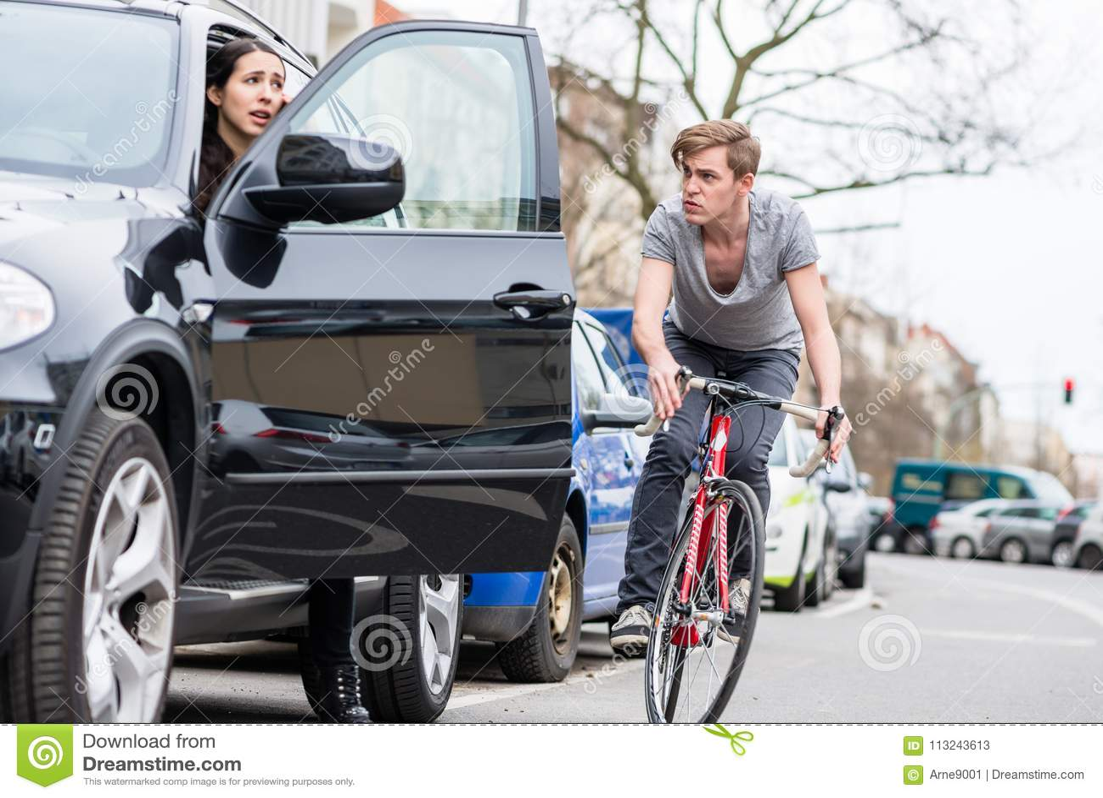 Jeune cycliste criant tout en faisant un écart pour éviter la collision dangereuse