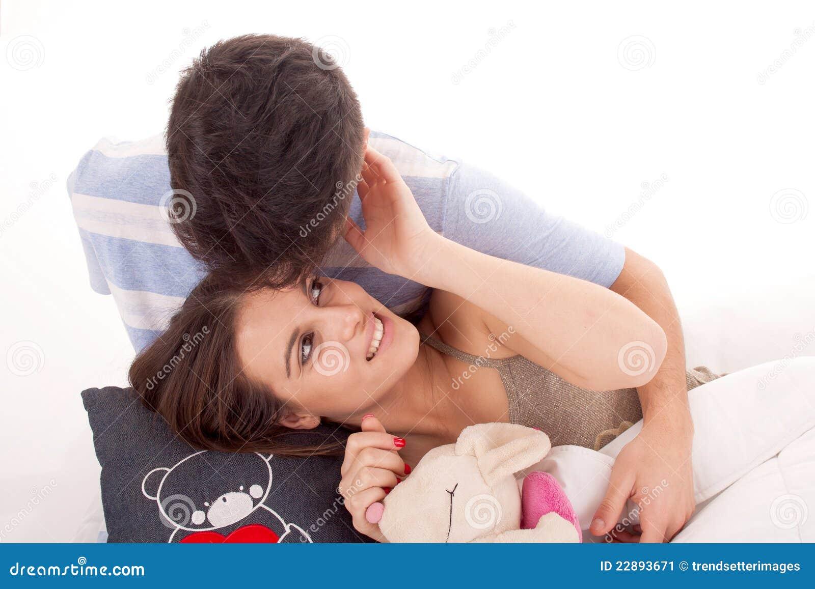 Jeune détente heureuse de couples
