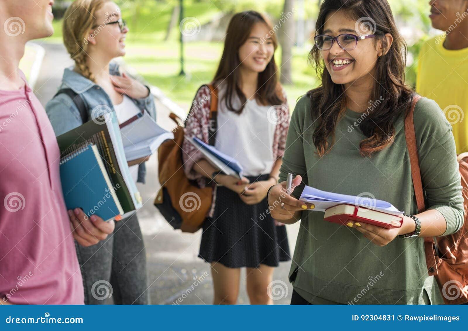 Jeune d étudiants de livre concept divers dehors