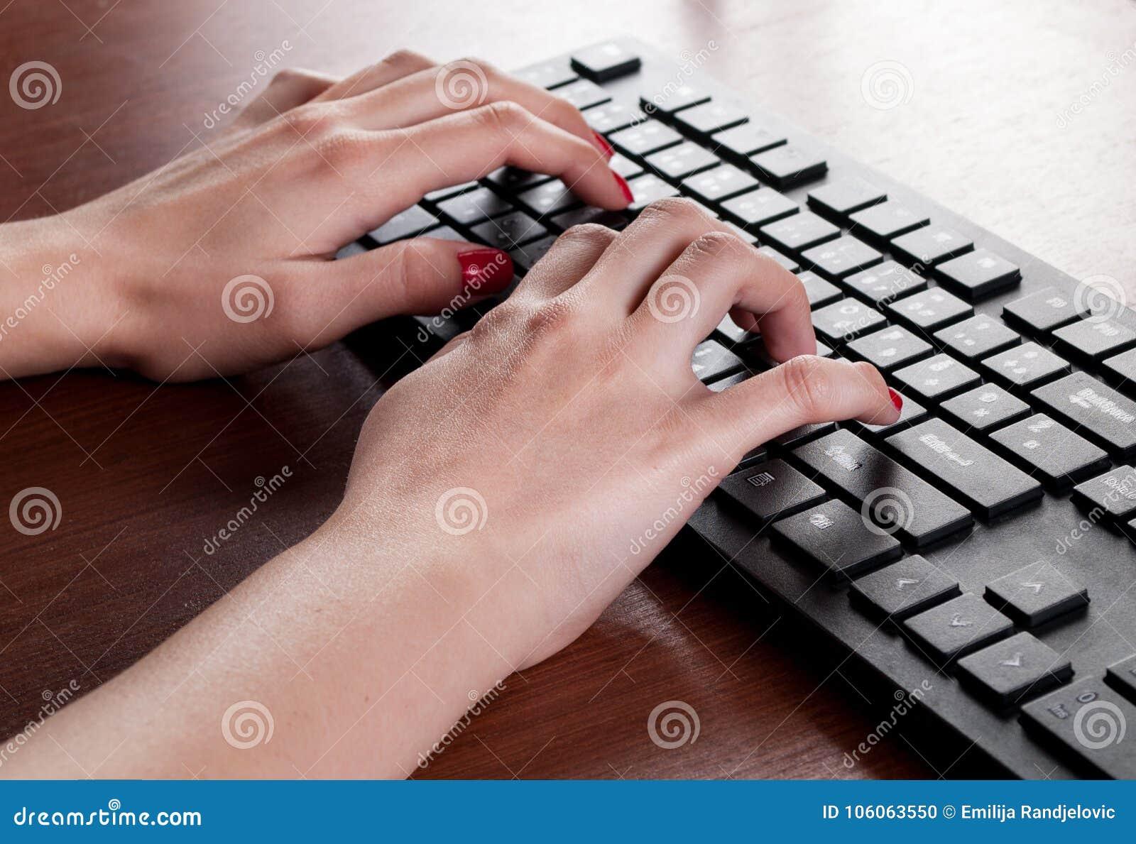 Jeune dactylographie femelle sur le clavier dordinateur noir sur le