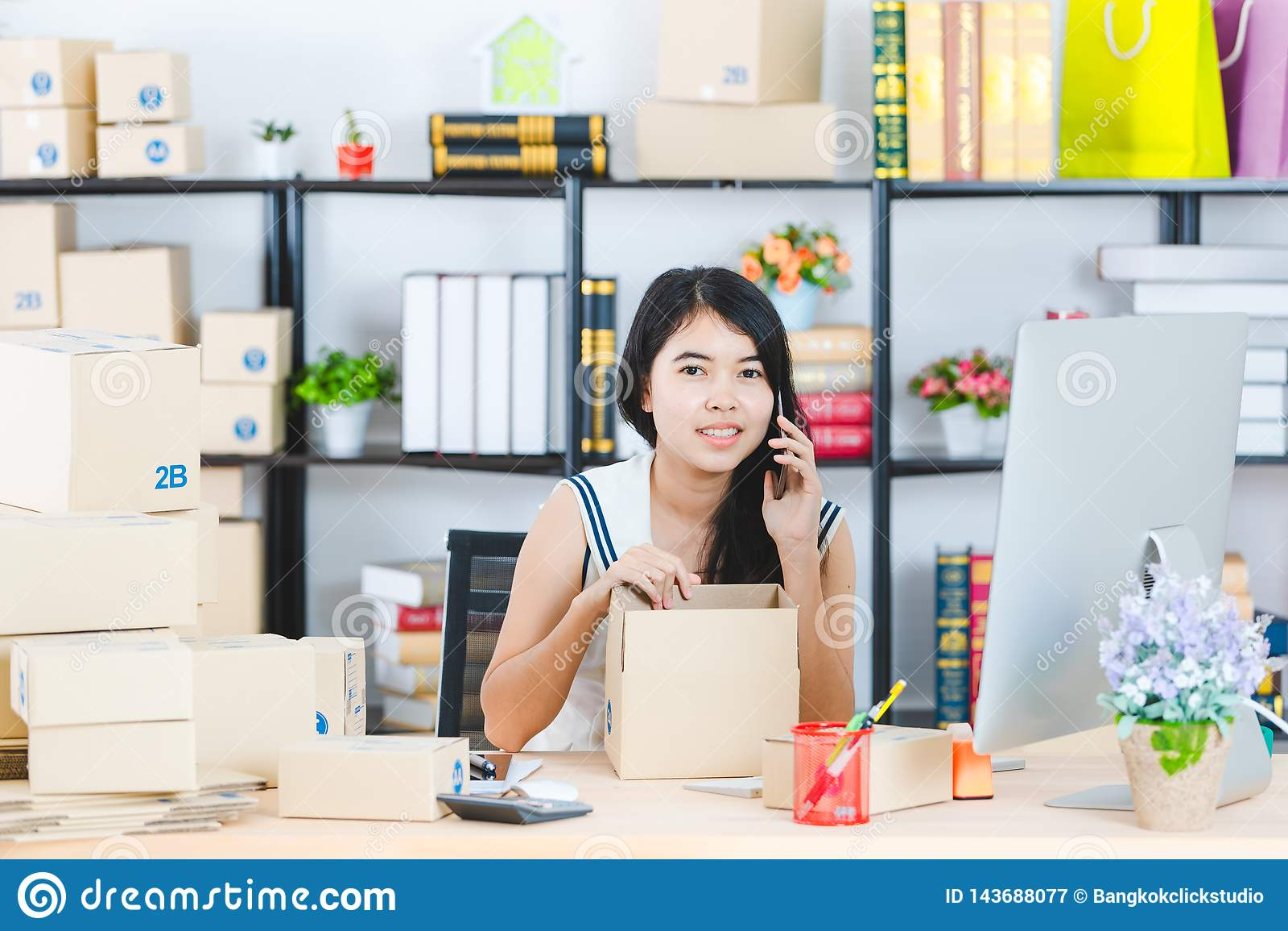 Jeune dame asiatique d affaires au bureau