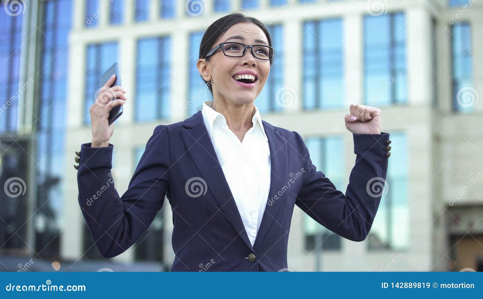 Jeune dame heureuse montrant le signe de succès, recevant l offre d emploi, démarrage réussi