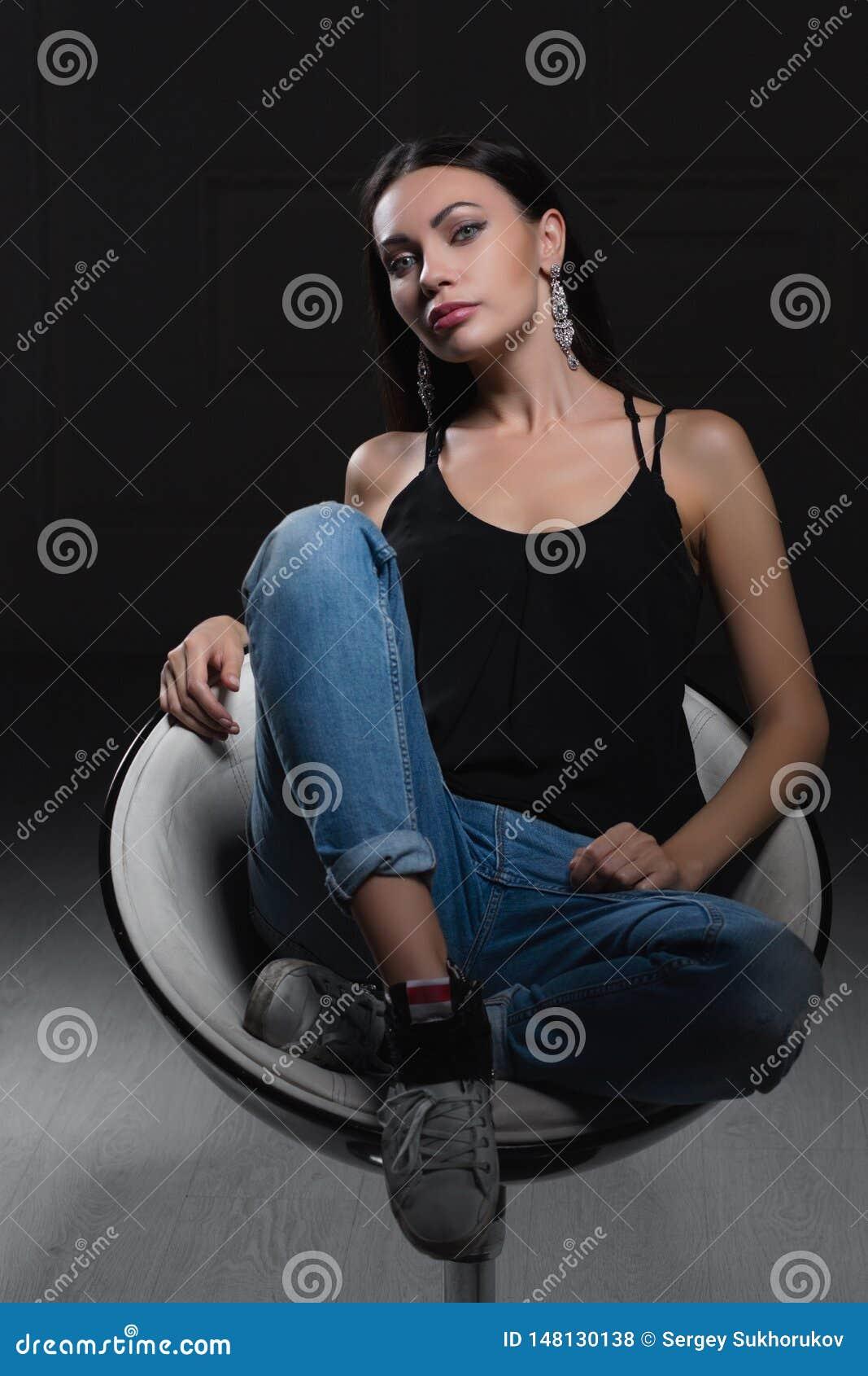 Jeune dame sexy sur un fond noir
