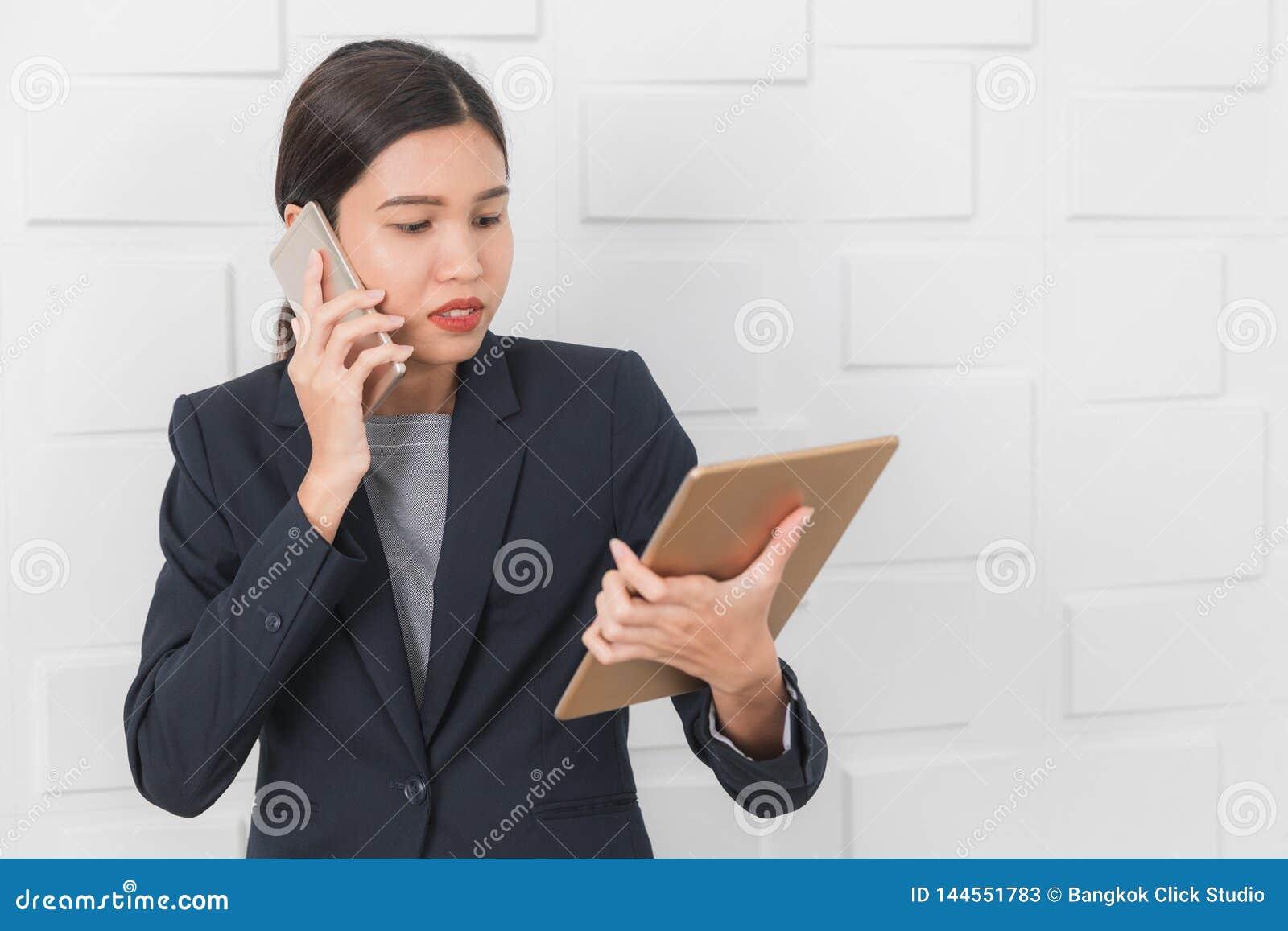Jeune dame travaillant au bureau