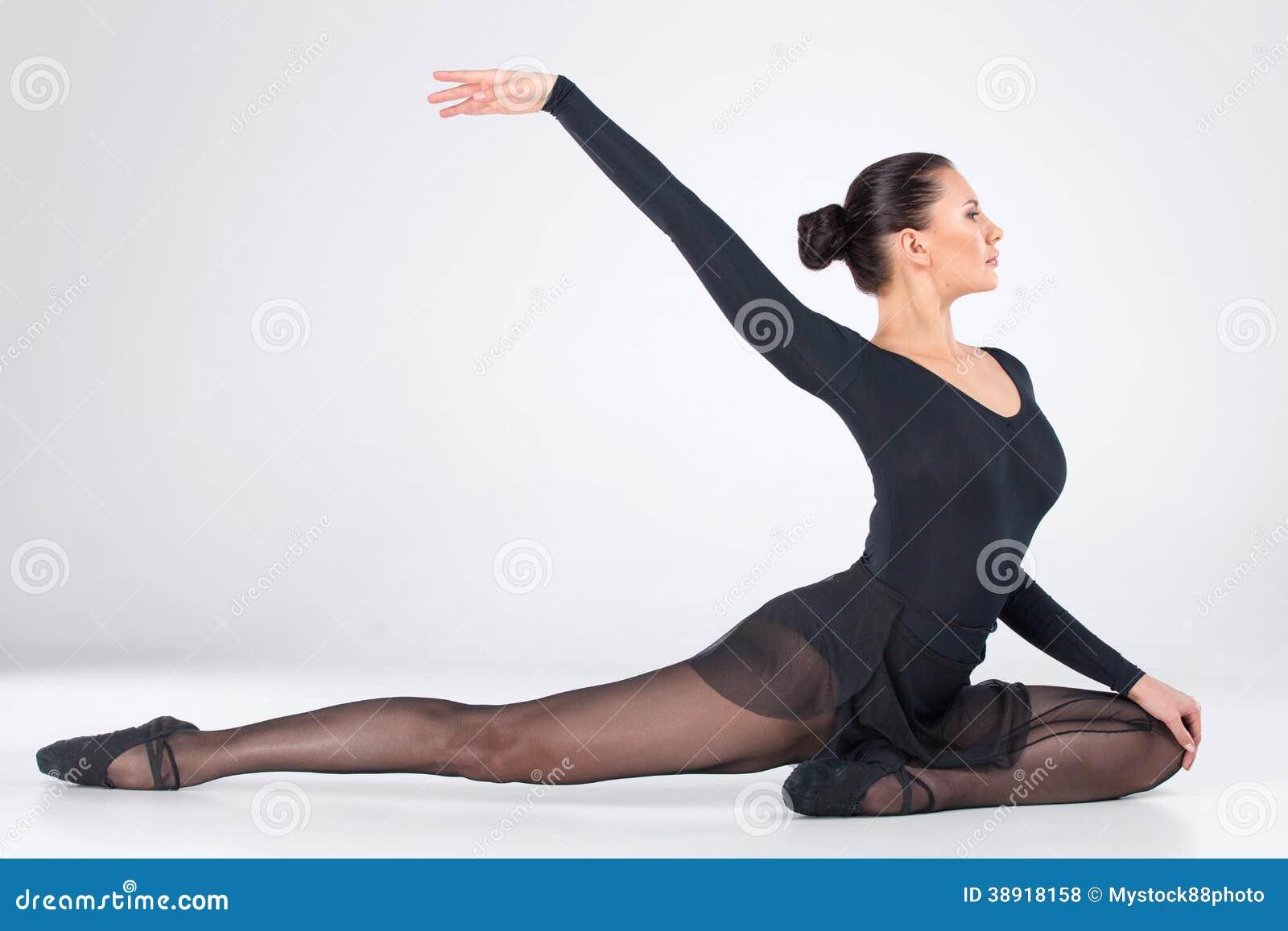 Jeune danse attrayante de danseur classique.
