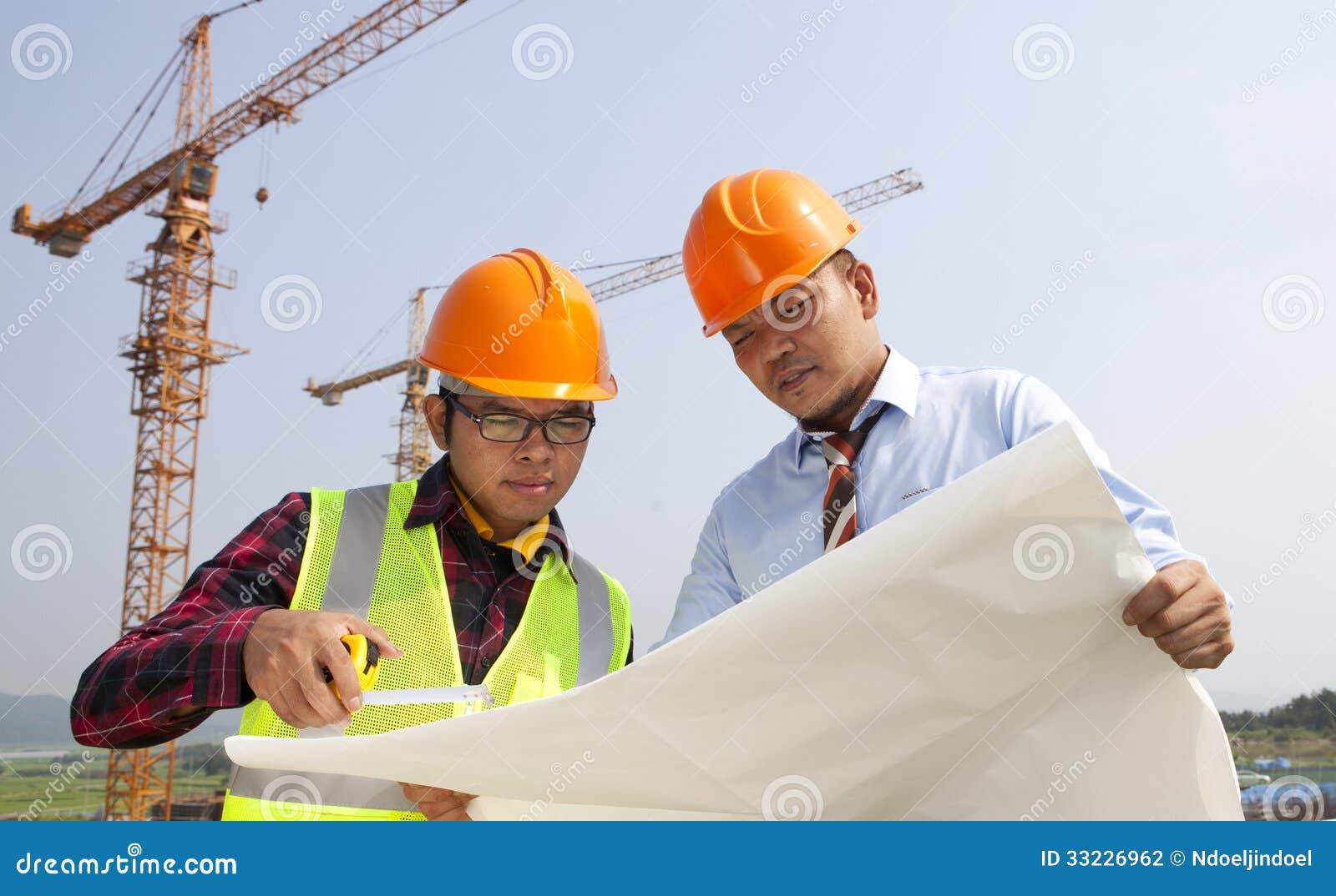 Jeune discussion d architectes devant le chantier de construction
